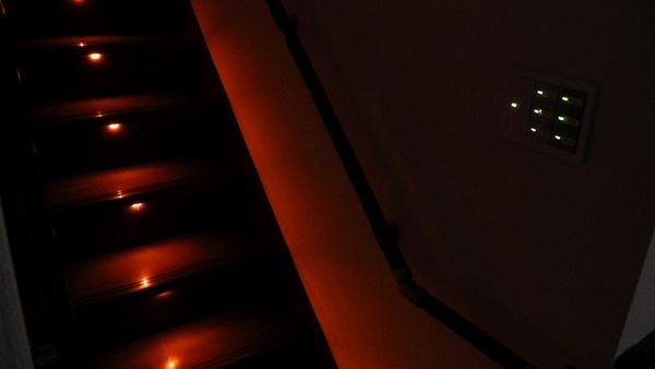 夜の階段とその前にある照明用スイッチ群
