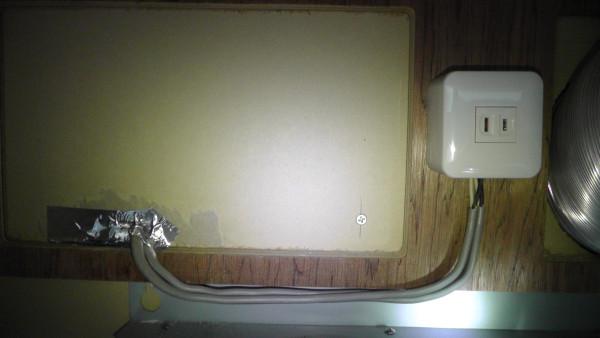 露出増設ミニボックスWVC9001Wを使ってコンセントを壁に固定