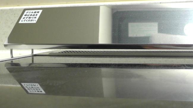 IHコンロと排気口カバーとの間にわずかな隙間ができる