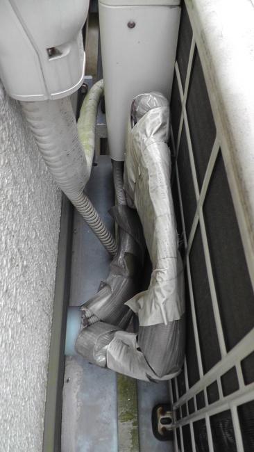 保温された床暖房の温水管