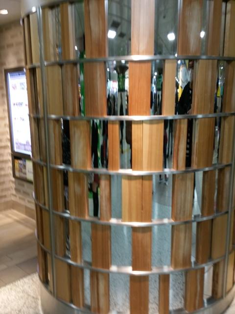 東京駅keiyo streetの装飾 カナダツガ無垢材です