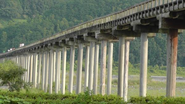 橋脚はコンクリートパイル 世界一長い木造歩道橋「蓬莱橋」