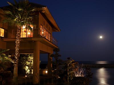 写真は姉妹館・淡路夢泉景の湯賓閣「天宮の雫」と満月