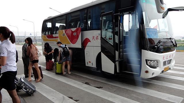 バスから降りる客@上海