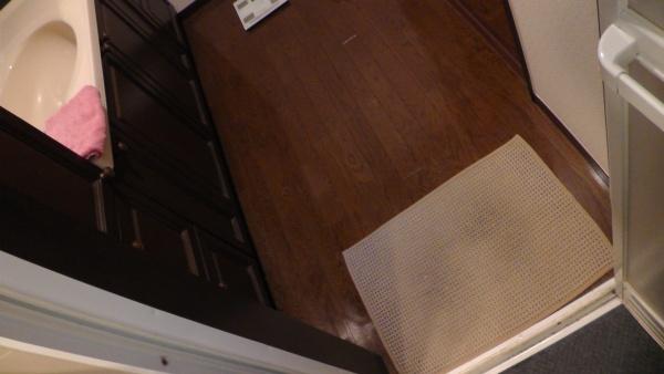 バスルームを出るとき洗面台の上にあるタオルに手が届かない