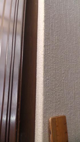 消しゴムで猫脂を除去した後の壁紙