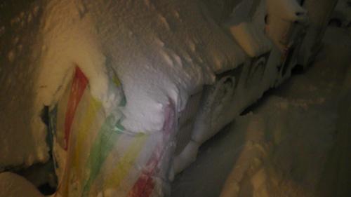 大雪で床暖房用の室外機が埋もれそう