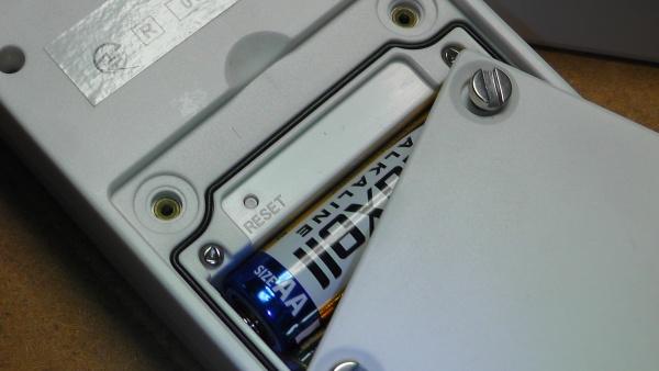 子機センサーの電池カバーをはずしてリセットボタンを押す