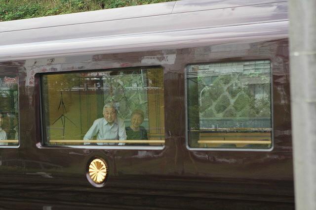 天皇皇后両陛下を乗せて.お召し列車が行く