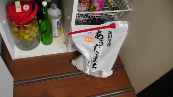 パントリー内の床に直置きされている米袋