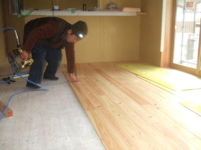 桧床貼り施工中