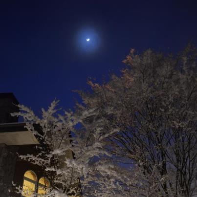 雪の夜の月と群青色の夜の空