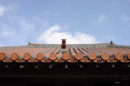 屋根の上シーサー1234.jpg