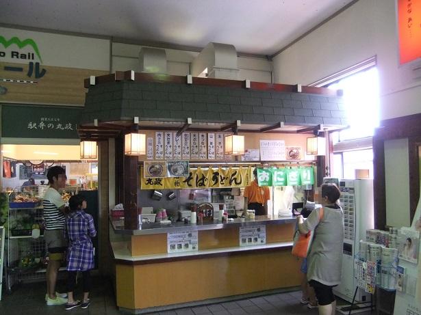 丸政・小淵沢駅改札横そば店