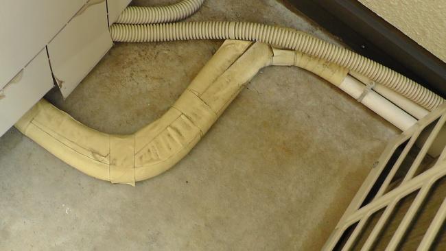 貯湯ユニット側はテープで巻かれているのみ
