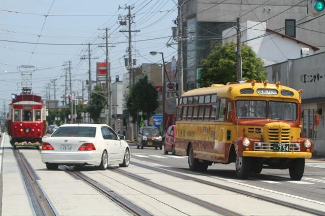 函館市電 100周年 花電車とボンネットバスのすれ違い