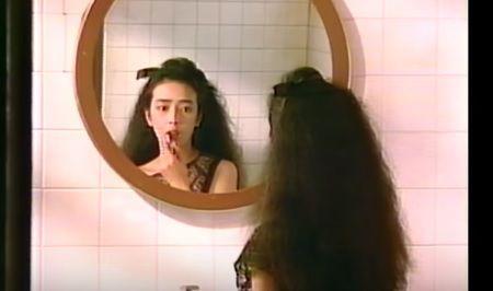 口紅を塗る小林麻美