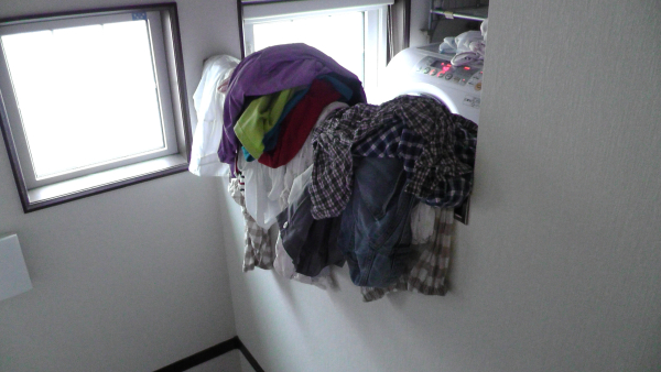 階段に洗濯物