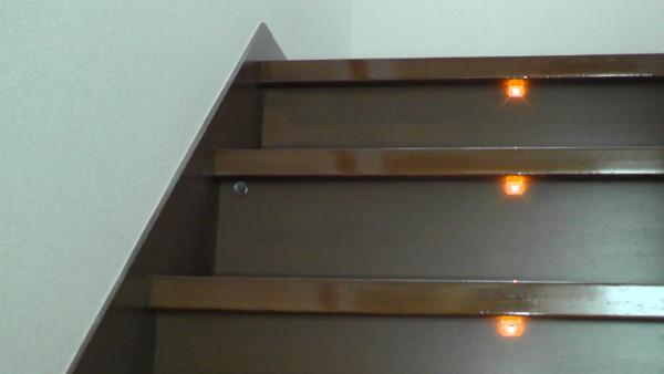 明るくなっても消えない階段ステップ灯