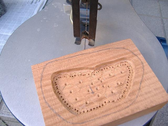 作台方法 電動糸ノコにてくり抜き