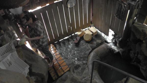 「つぼ湯」の小屋内部