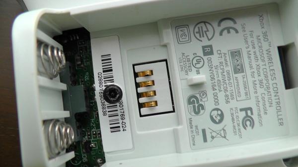 Xbox360コントローラー 電池ボックスの中に隠しネジ