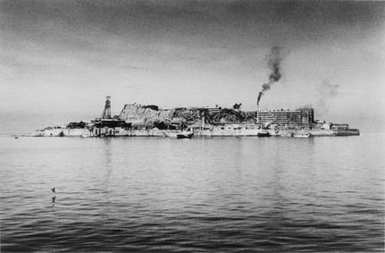 9「人間の土地」より 緑なき島−軍艦島: 軍艦島全景
