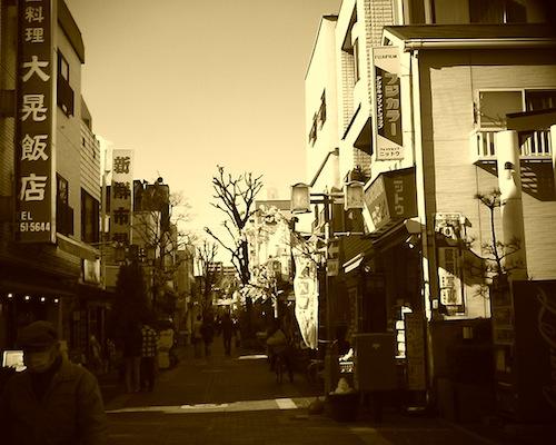どことなく懐かしい感じがする川口市の商店街をVQ1015 R2で撮った写真です。