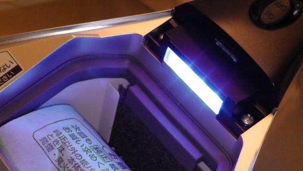 ふとん掃除機 パナソニック MC-DF500G フタをあける ハウスダストセンサーランプが青く光る