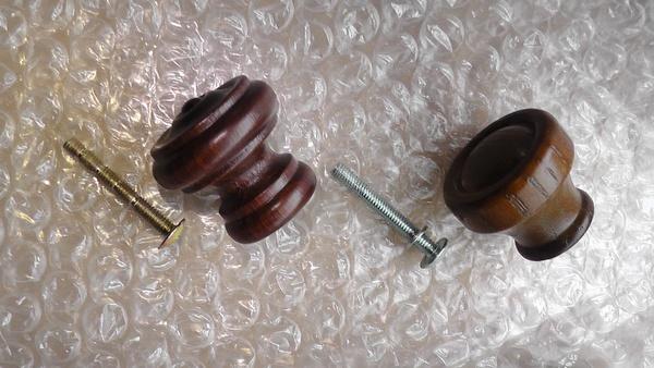 木製のツマミを比較 右が一条工務店の標準品
