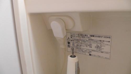 L型プラグアダプタを使って電源ケーブルと扉の接触を回避