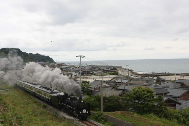 日本海沿いを 走りゆく C57 1803