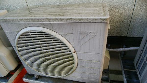 汚れたダイキン製エアコンの室外機