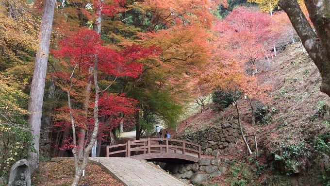 2012年11月 丹波町岩屋山石龕(がん)寺 境内.jpg