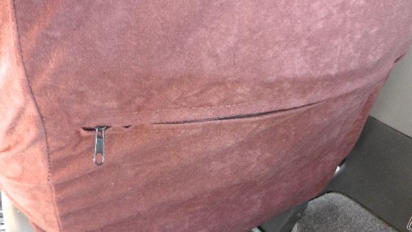 シートバック側にはポケット用のファスナーが付いている