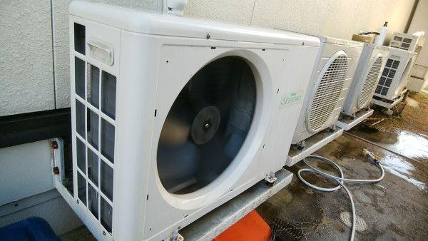 ファンガードを外した1階用床暖房の室外機 洗浄後