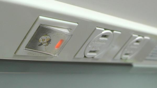 ホタルのイラストカードを入れた後のキッチンカウンター照明用スイッチとML扉付コンセント