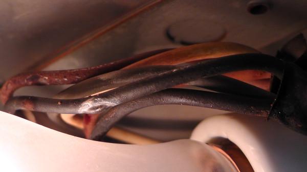 白熱電球の熱で焦げた配線