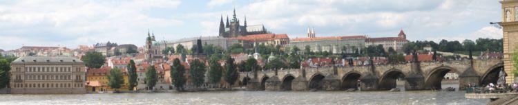 750px-Prazsky_hrad_karluv_most_panorama.jpg