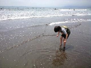 息子ミニラと海