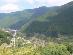 神社から眺めたダム.jpg