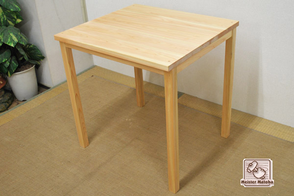 四本足の補強の無いすっきり机