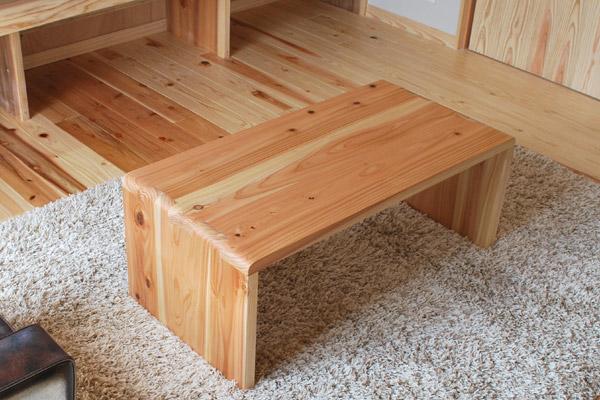 杉材のテーブル