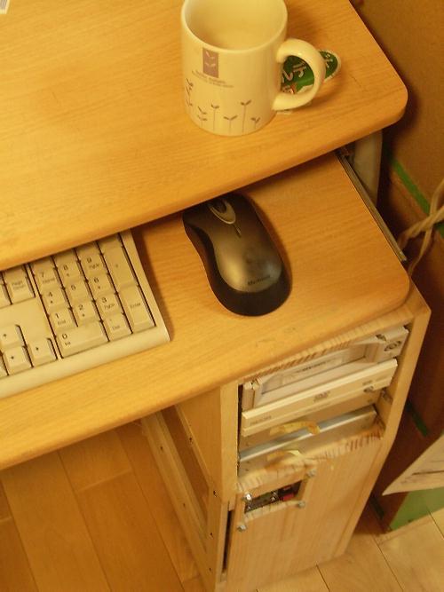 パソコンデスクの下の自作PCケース