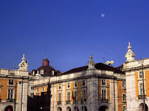 コメルシオ広場の朝の月