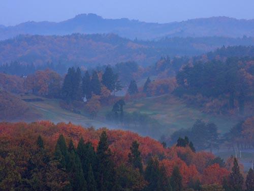晩秋の朝のゴルフ場