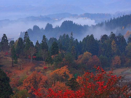 山あいの霞む秋