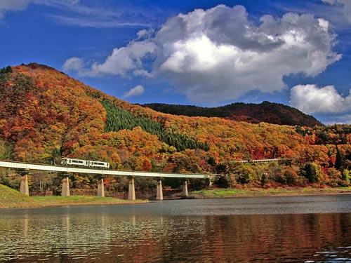 紅葉の錦秋湖と北上線