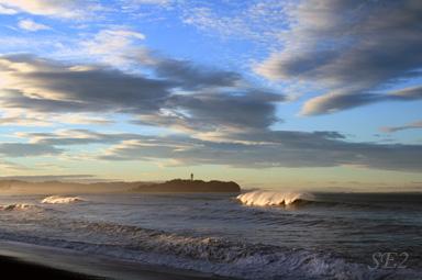 日の出直後、朝焼けの江ノ島を臨む茅ヶ崎
