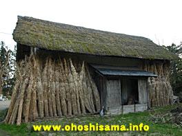 古民家の蔵と萱